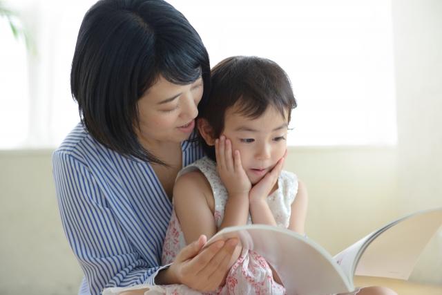 親子で本を読んでいる